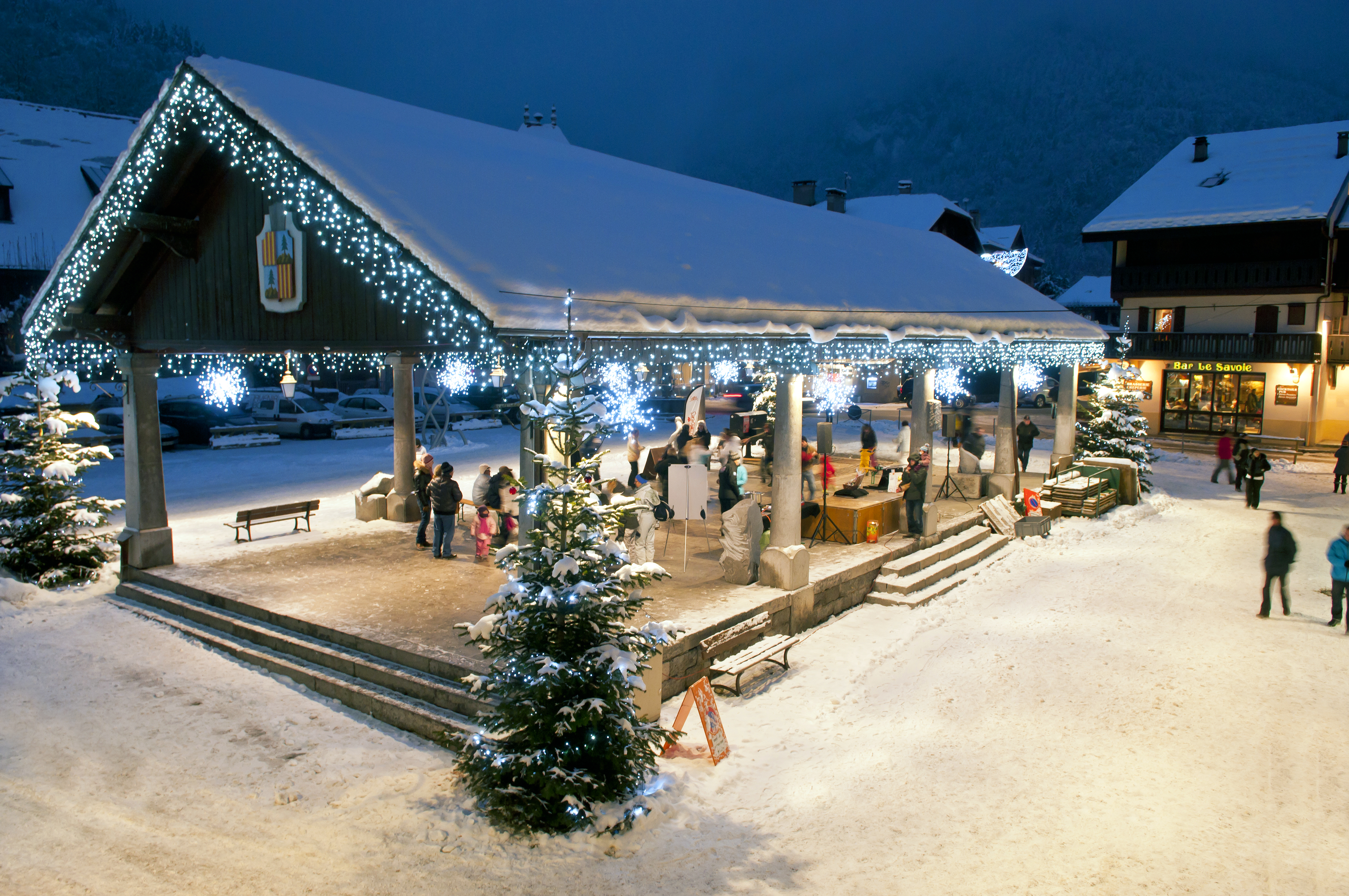 Activities organised by the tourist office in Samoëns' historic market square