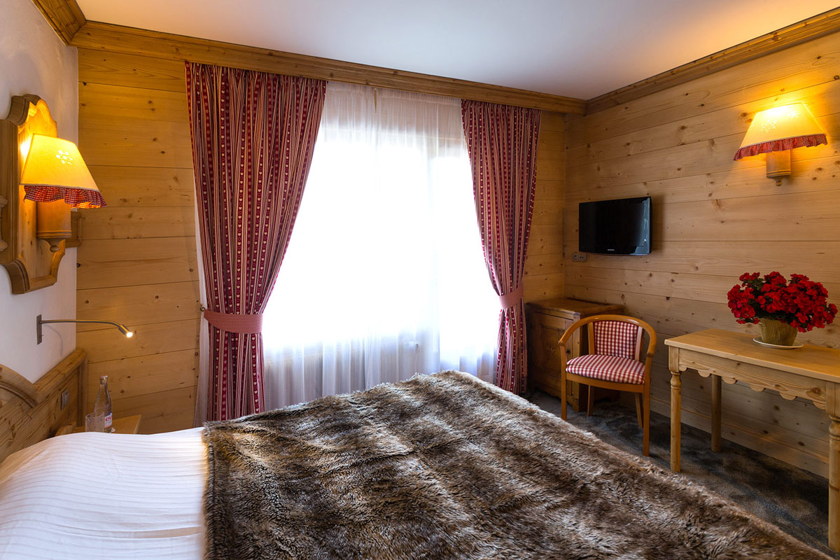 Neige et Roc, Samoens (Grand Massif) - Hotel Double Bedroom