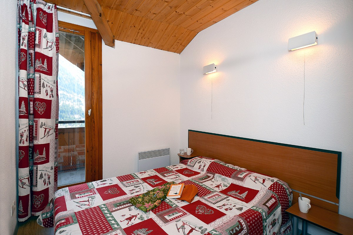 Dome des Rousses, Vaujany (self catered apartments) - Double Bedroom