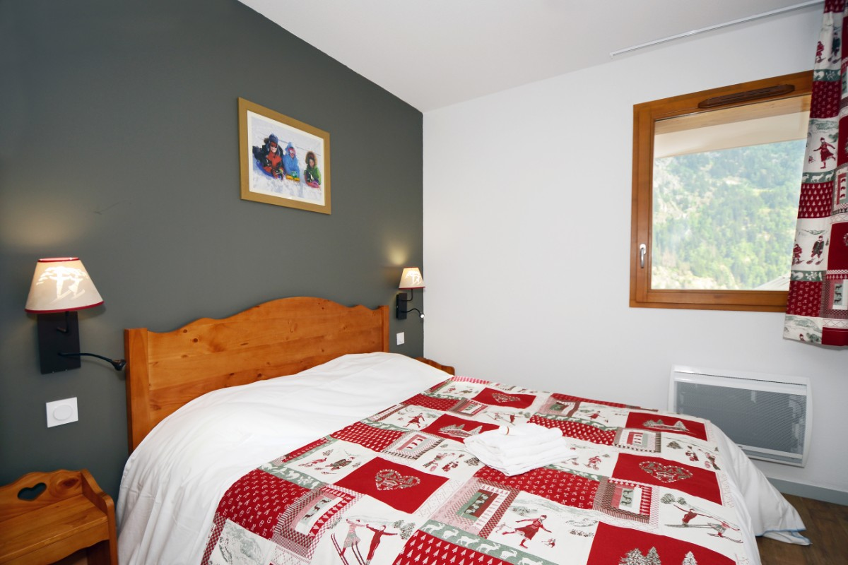 Le Crystal Blanc, Vaujany (self catered apartments) - Double Bedroom