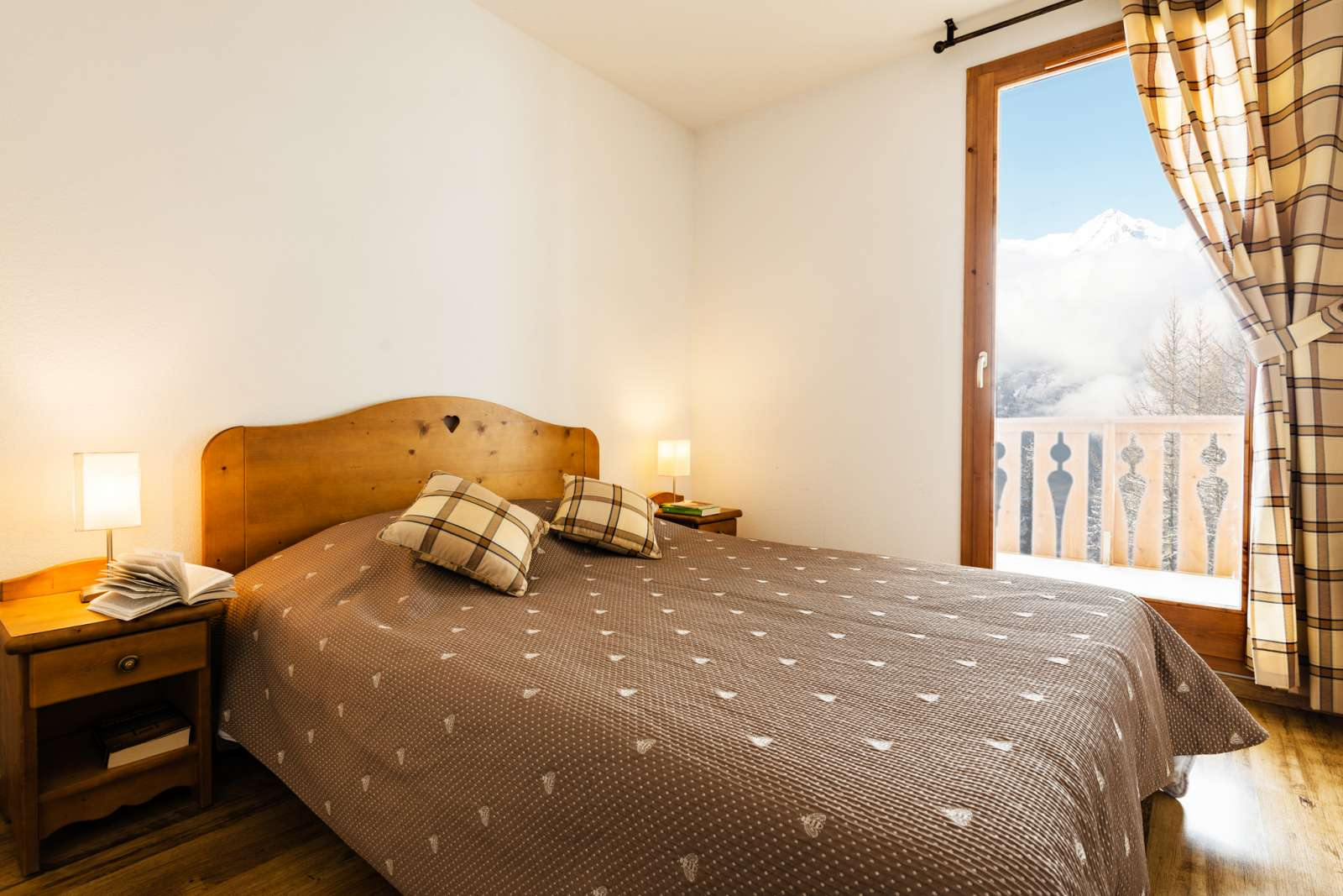 Arollaie, Peisey Vallandry (self catered apartments) - Double bedroom with balcony